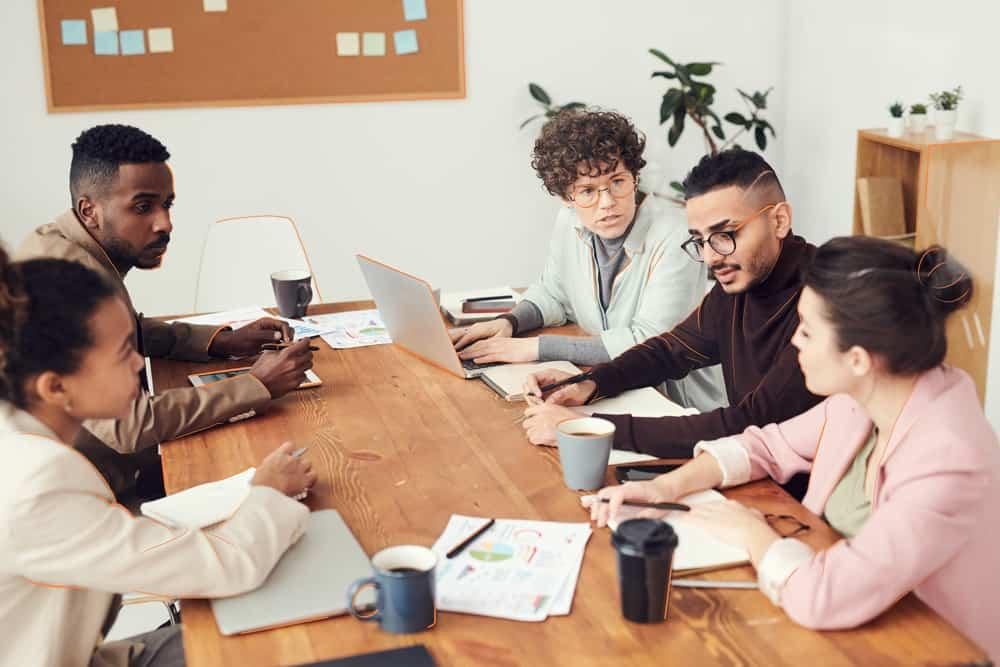 Formas jurídicas: grupo de emprendedores decidiendo como constituir su empresa
