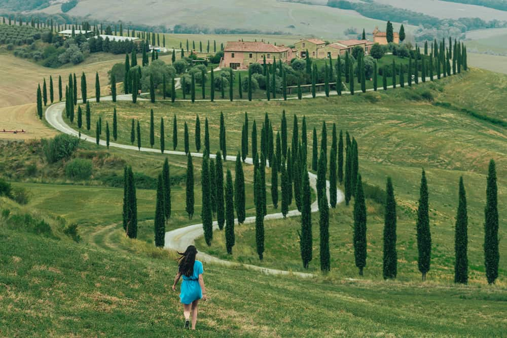 mujer avanzando por el campo durante la prórroga de los ERTE